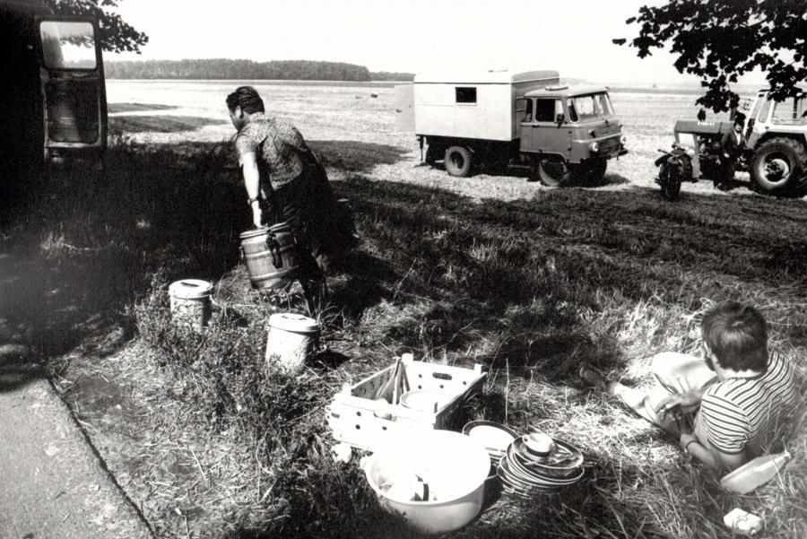 Pause bei der Landarbeit 1987