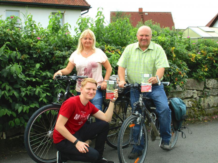 Regionalmanager Sascha Köpf übergibt die ersten Exemplare