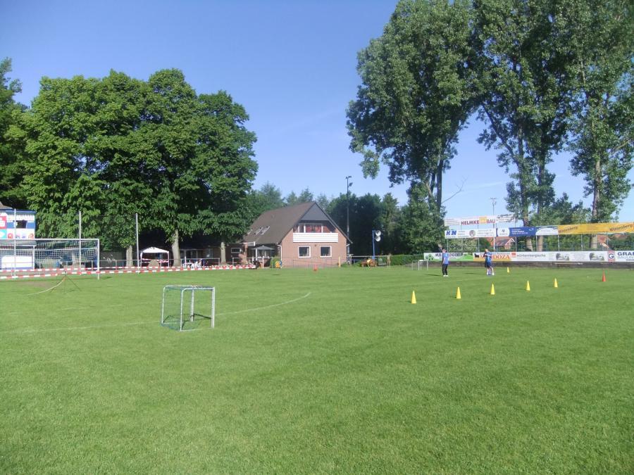 Grünenthal-Stadion mit Vereinsheim im Hintergrund