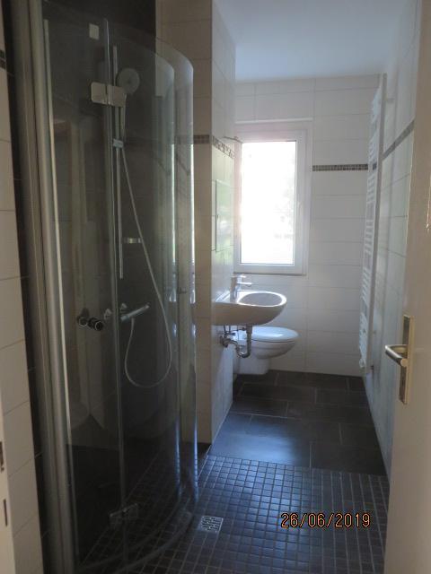 1219_0102 Bad Duschwand eingeklappt