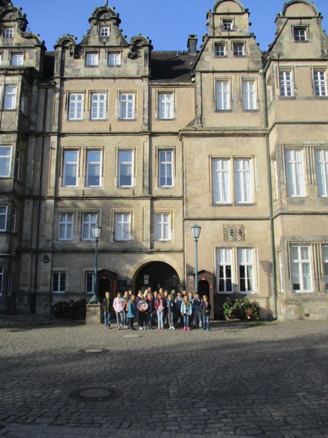 Kinder besuchen das Schloss