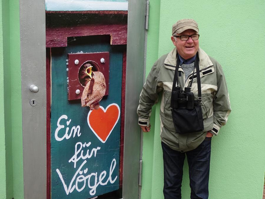 Dietrich Krüger als Nistkastenbauer mit seinem populären Logo. Foto: H. Hartung (29.09.2019)