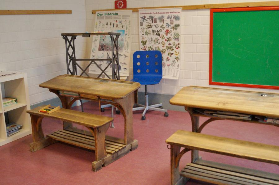 Neubau - Verkleidungsraum (Schulecke)