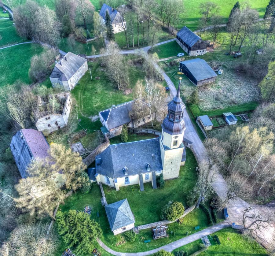 Gebäude des ehemaligen Rittergutes um die Dorfchemnitzer Kirche / Foto: Mario Hamburg