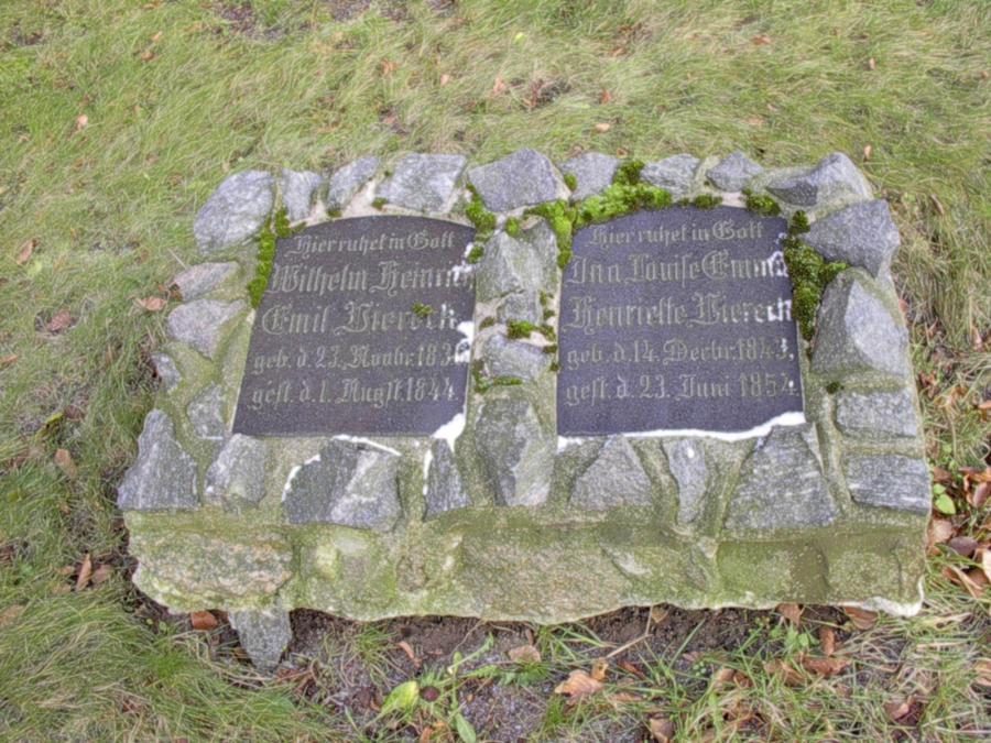 Grabstein der Kinder Wilhelm Heinrich Emil und Ina Louisa Emma Henriette Viereck bei der Kirche