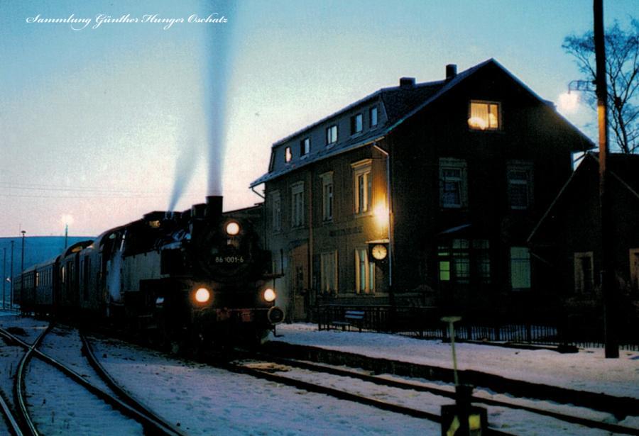 Güterzugtenderlokomotive 86 1001 mit Personenzug abfahrtsbereit in Crottendorf ob. Bf