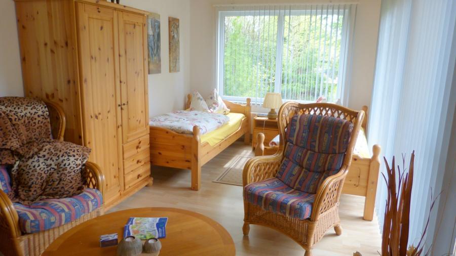 Wohn-Schlafzimmer mit 2 Einzelbetten