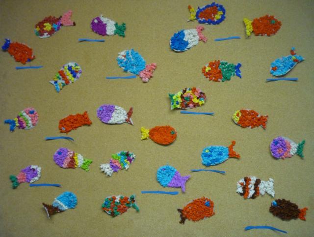 Die Kinder der Klasse 1a dekorierten Fische mit Krepppapierkugeln
