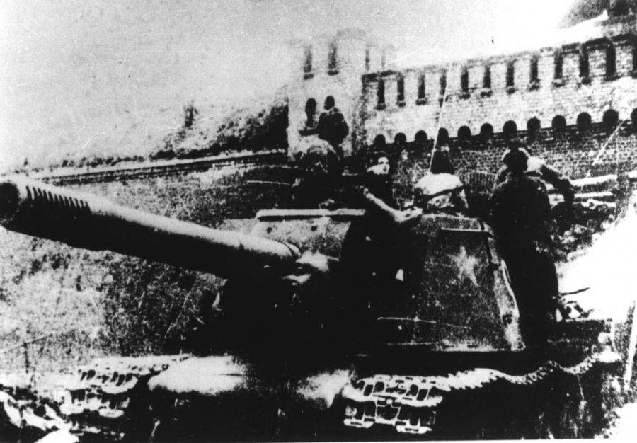 Sowjetischer Panzer vor dem Berliner Tor