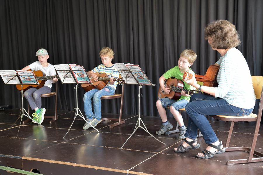 Gitarrengruppe mit Frau Vogtsberger
