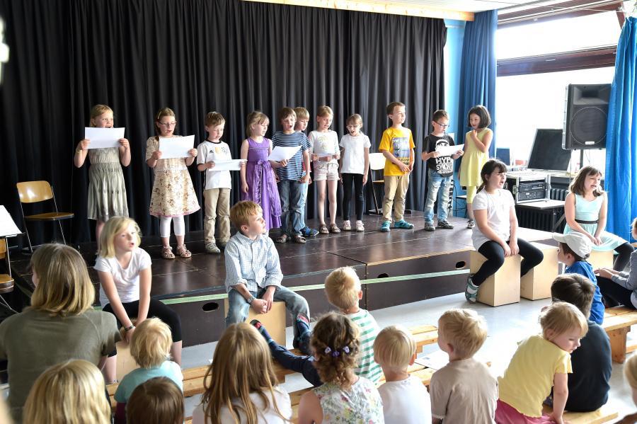 Chor der ersten und zweiten Klassen von Frau Sefaj