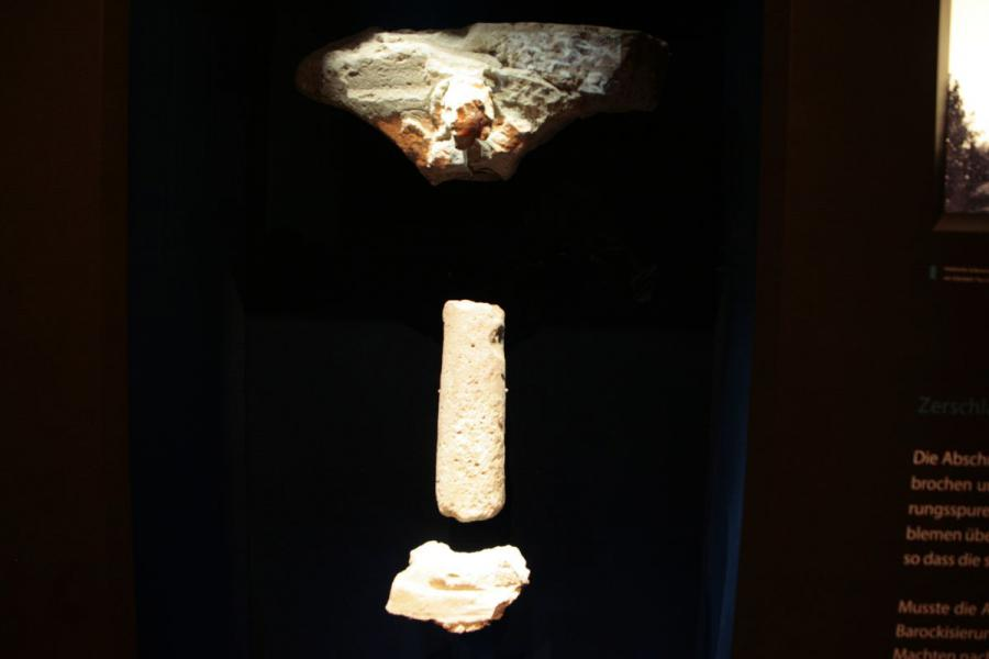 aus 4 Fragmenten rekunstruierte Stuckarkade