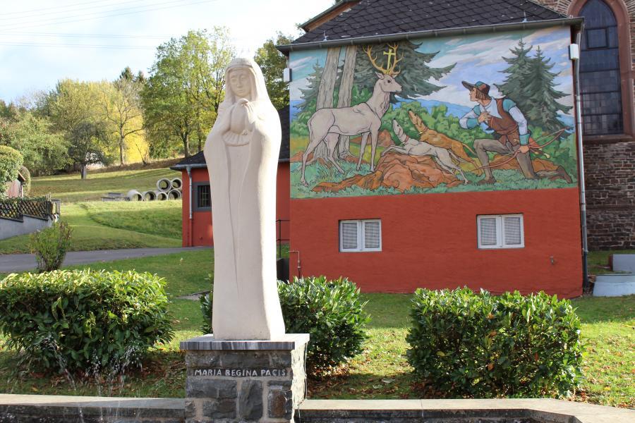 Marienstatue im Pfarrgarten Gondenbrett