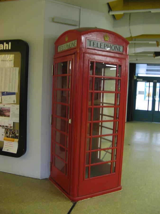 Die rote Telefonzelle in der Schule