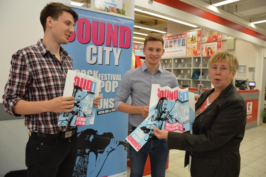 Christoph Nitsche und Marvin Michitsch von der Stadtverwaltung laden im Einkaufszentrum zum Besuch von Sound City ein