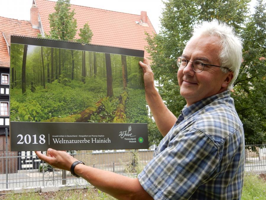Eines der Highlights des Jahres 2017: Nationalparkleiter Manfred Großmann präsentiert unseren Jubiläumskalender. Foto: Cornelia Otto-Albers