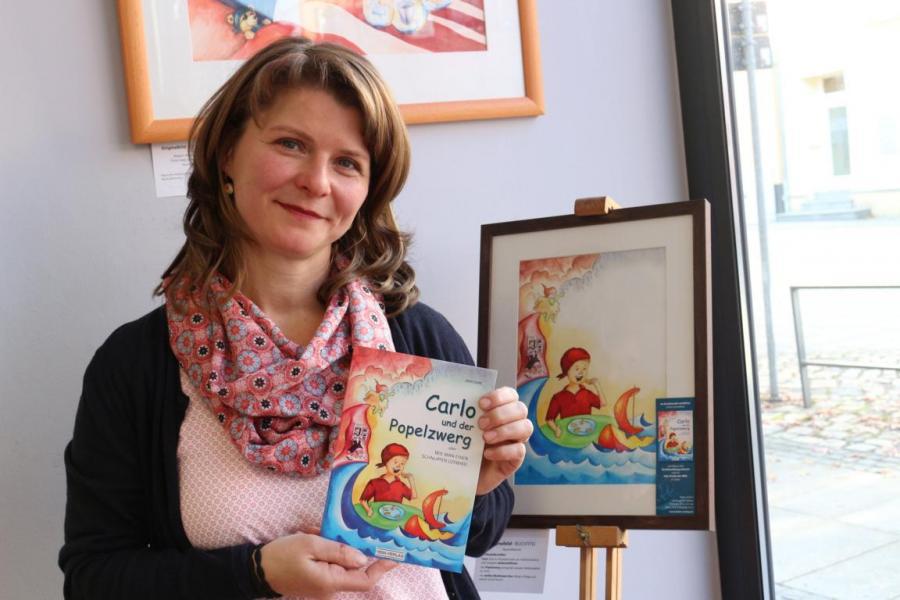 """Jana Gold zeigt wie das Buch """"Carlo und der Popelzwerg"""" entstand."""