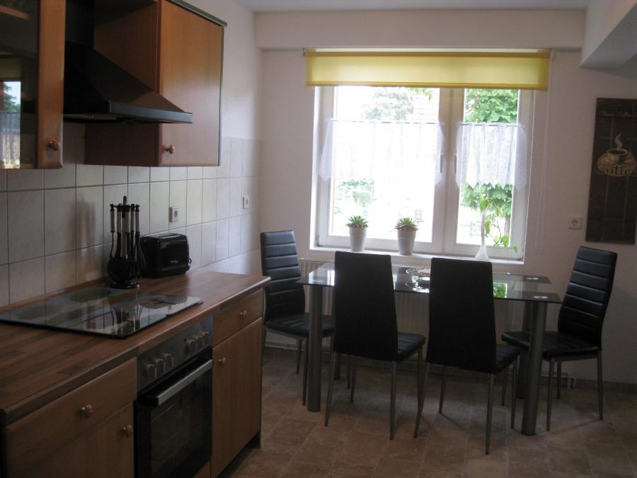 Blick in die Küche mit Eßplatz