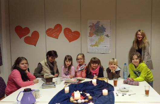 Adventsvorlesen mit Plätzchen und Tee mit den Kindern des Kids-Clubs in der Bücherei Mecklar