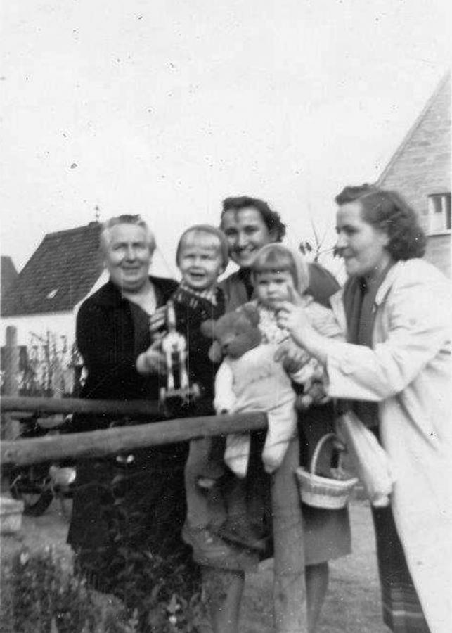 Oma Martha mit Enkelkindern und Schwester ihrer Schwiegertochter in Bruchmühlbach