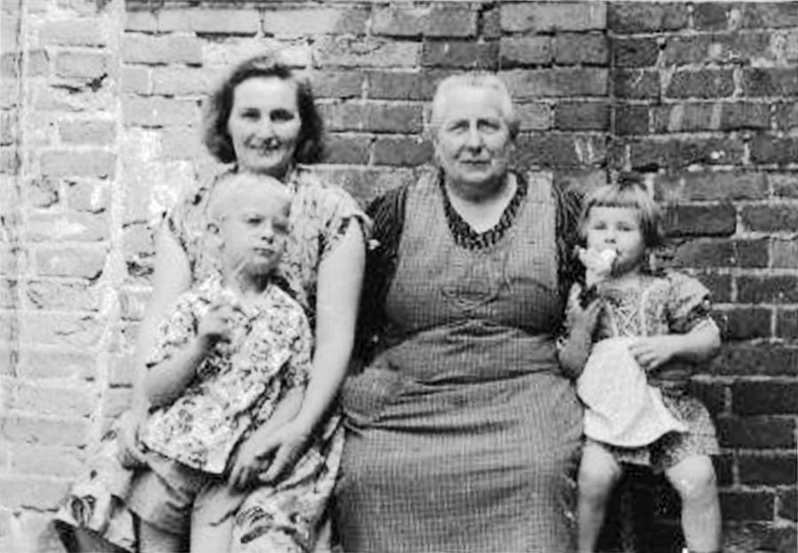 Im Hof bei Oma Martha (1)