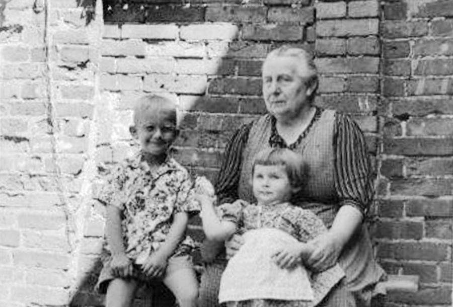 Im Hof bei Oma Martha (2)