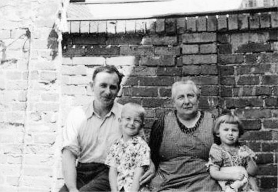 Im Hof bei Oma Martha (3)