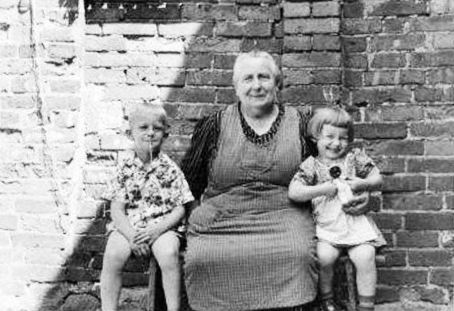 Im Hof bei Oma Martha (4)