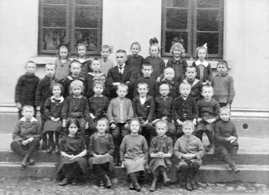 Schulklasse um 1925 mit Lehrer Schmidt