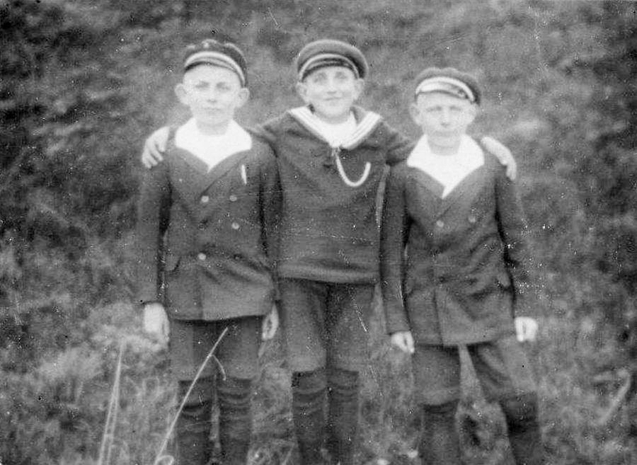 Hans Thürkow (links) mit Freunden in Neukalen