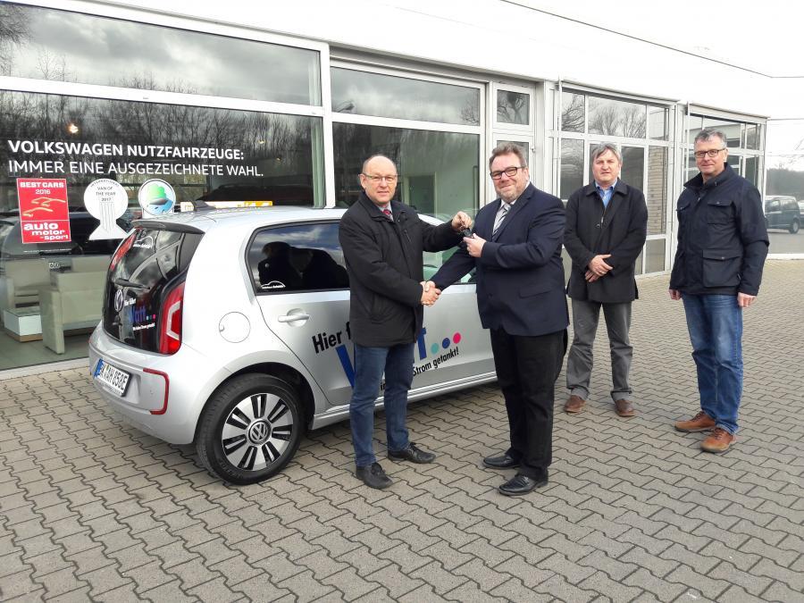Stadtmitarbeiter fahren mit Strom, drei Monate kostenloses Testauto vom AH Heinicke