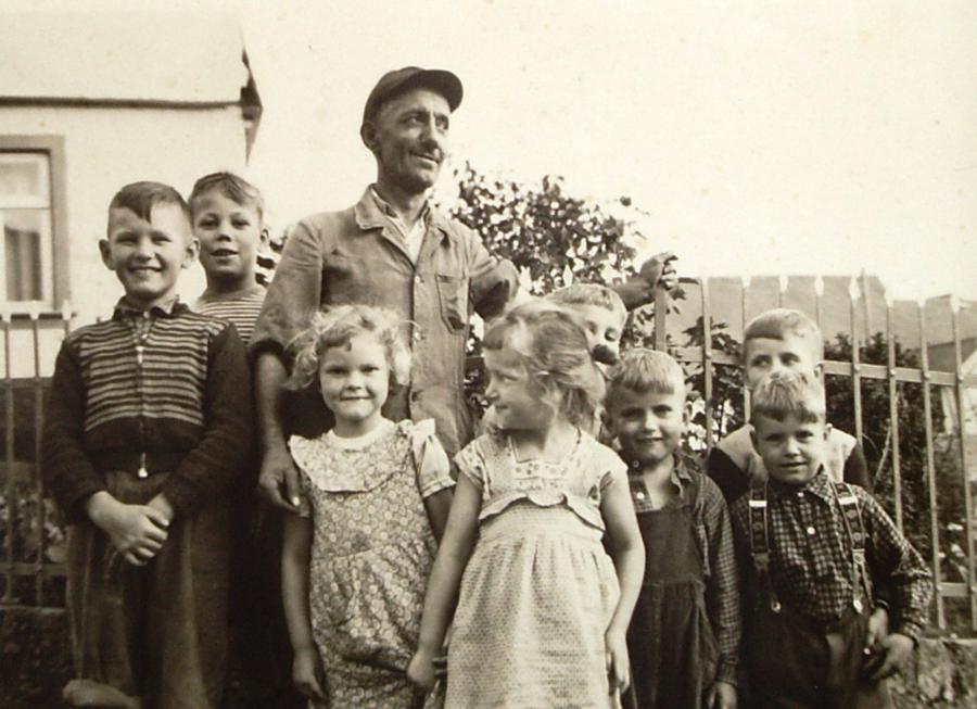 Alois Engel mit Benzerter Kindern