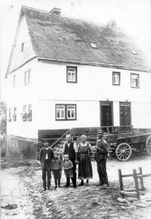 Ehemaliges Haus Diel mit den Einwohnern