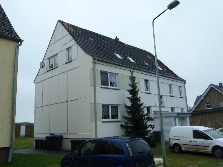 Die Stadt Perleberg bietet ein Wohngebäude (Mehrfamilienhaus) und weitere Flächen, An der Krippe 2 in 19348 Perleberg OT Quitzow, zum Verkauf an.