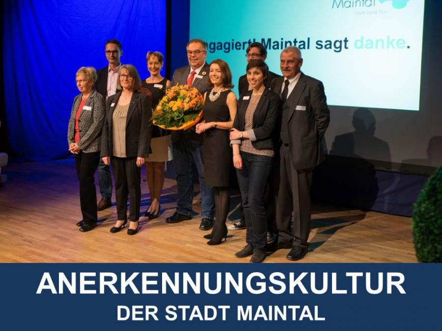 """Link zu Anerkennungskultur der Stadt Maintal; Bild zeigt Bürgermeisterin Monika Böttcher mit anderen Menschen bei der Veranstaltung """"Engagiert!2018 - Maintal sagt danke"""""""