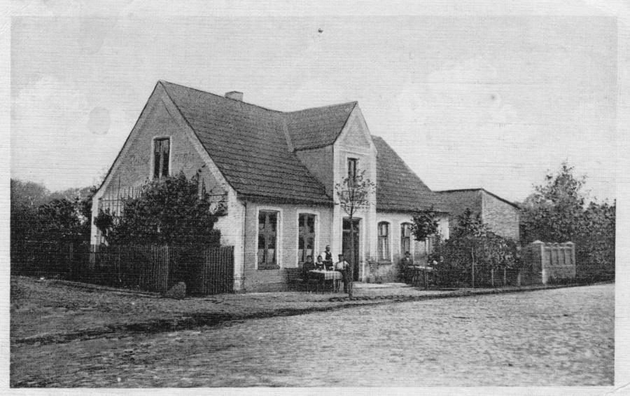 """Ansichtskarte um 1920: """"Gastwirtschaft und Gartenlokal, Inh.: Carl Dieckmann"""""""