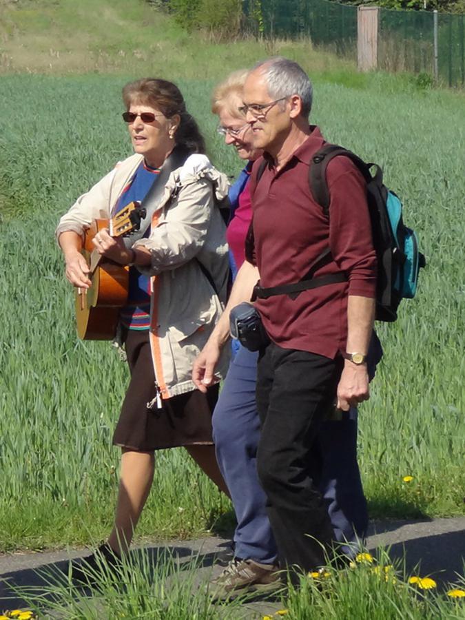 Wanderer auf dem Weg mit Gitarrenbegleitung
