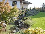 aufwändig gestalteter Hausgarten in Mendig mit Bachlauf, Teich und Holzterrasse