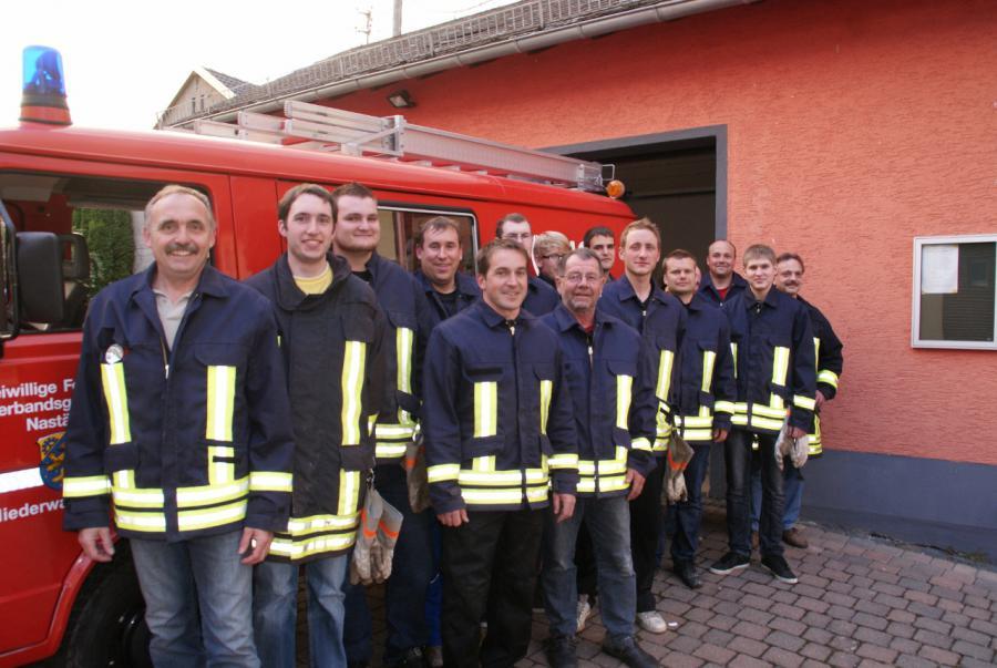 Die Kammeraden der Freiwilligen Feuerwehr Niederwallmenach vor ihrem Fahrzeug