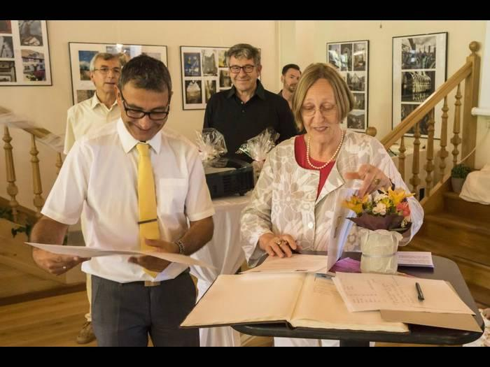 Verwaltungsgemeinschaftsvorsitzender Thomas Frey und Oberbürgermeisterin Anke Denker bei der Unterzeichnung der Partnerschaftsurkunde/ Foto: Claus Antes