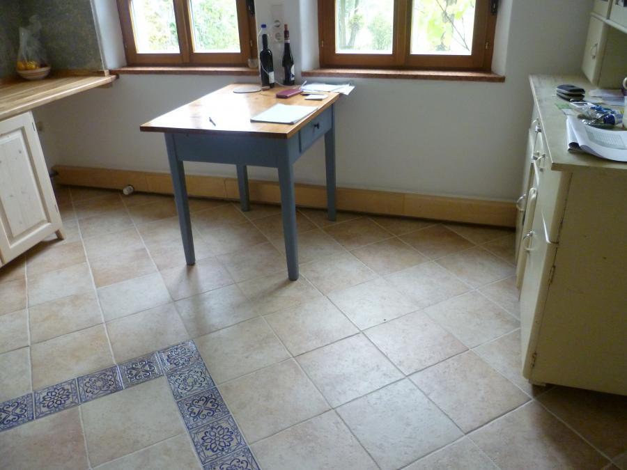 Küche (Holz-Verkleidungen farblich noch nicht dem Fußboden angepasst).