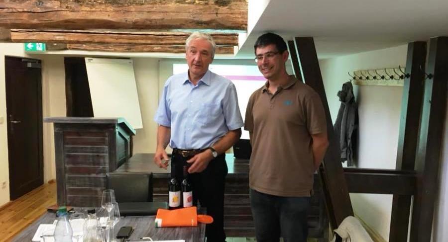 Hans-Joachim Kupz (l.) mit dem neuen Vorstandsvorsitzenden Mario Weber (r.)