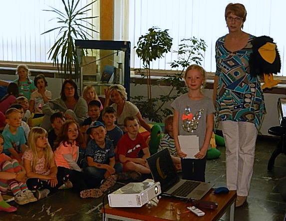 Frau Rehm mit Rudi übergeben die Urkunden