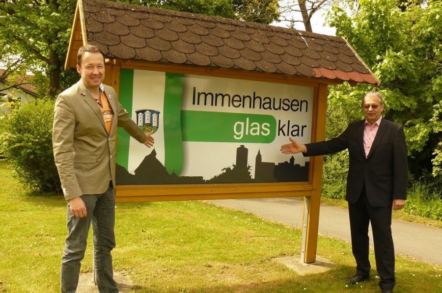 Foto: Immenhausen wirbt auf den neuen Ortseingangstafeln mit dem von der Bevölkerung ausgesuchten Slogan: Immenhausen - glasklar!