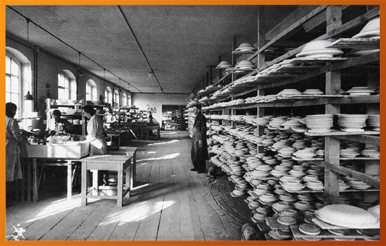 Ein Blick in die Dreherei der Porzellanfabrik um 1930.