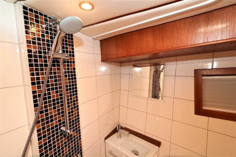 Bad mit Dusche Vorderjajüte 2