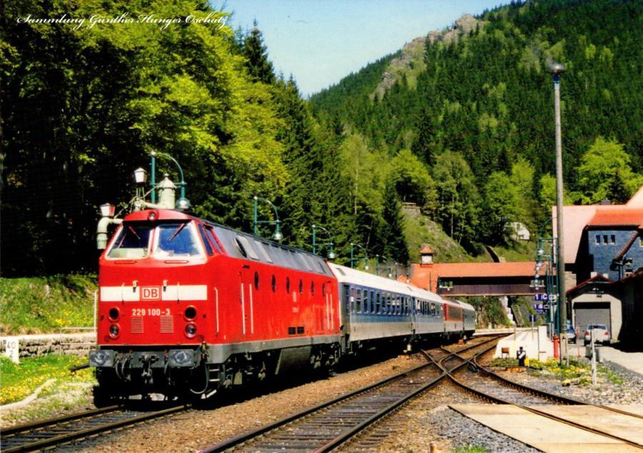 229 100 (DB AG)mit Reisezug im Bahnhof Oberhof
