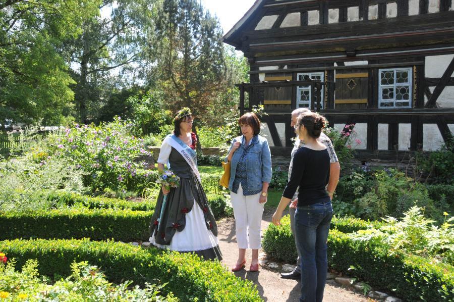 Olitätenkönigin Ruth Bredenbeck besucht Bauernhäuser in Rudolstadt