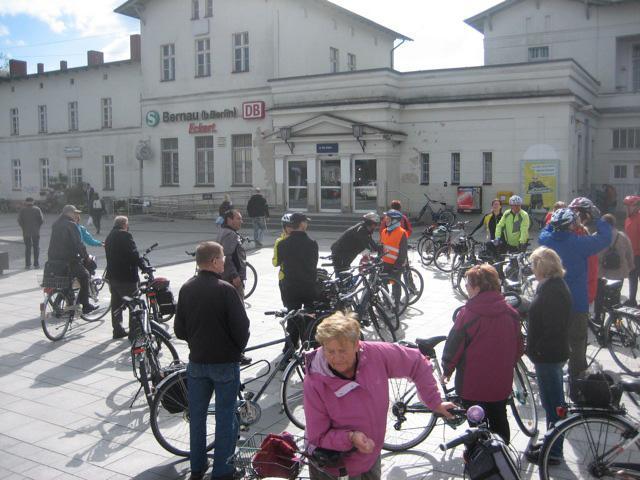 die Tourenteilnehmer treffen sich bei strahlendem Sonnenschein  um 10 Uhr auf dem Bernauer Bahnhofsvorplatz