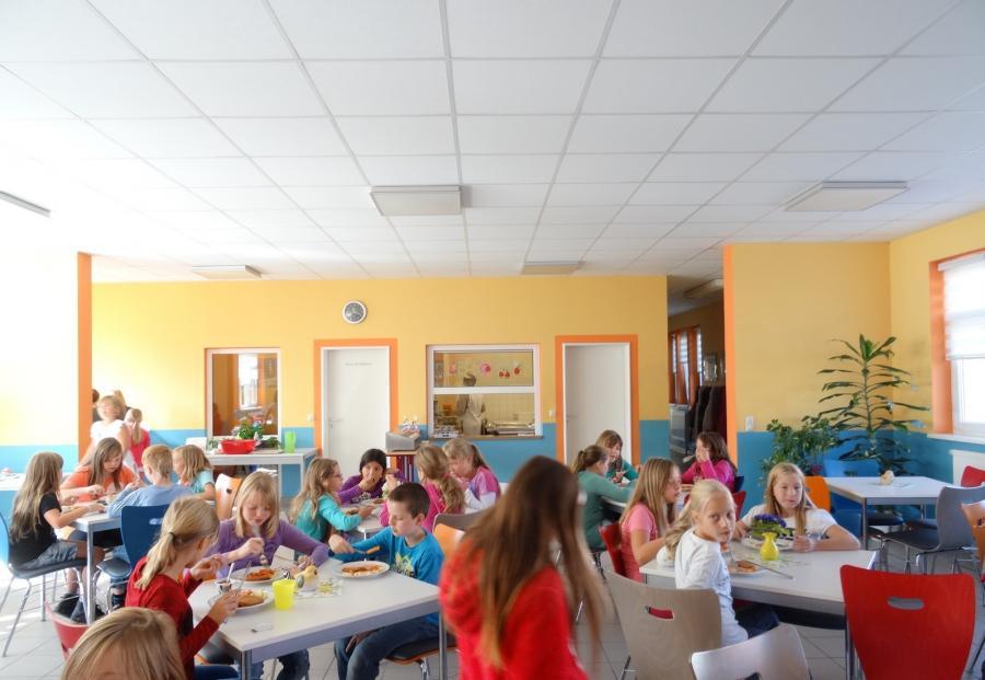 Beim Mittagessen im Speiseraum